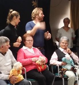 Dans le cadre d'un atelier organisé à l'accueil de jour « La parenthèse », les usagers ont confectionné des marionnettes .  Le spectacle a été présenté  à la résidence « Les chênes » le 5 décembre 2015, en première partie du spectacle de la Compagnie 7ème acte.
