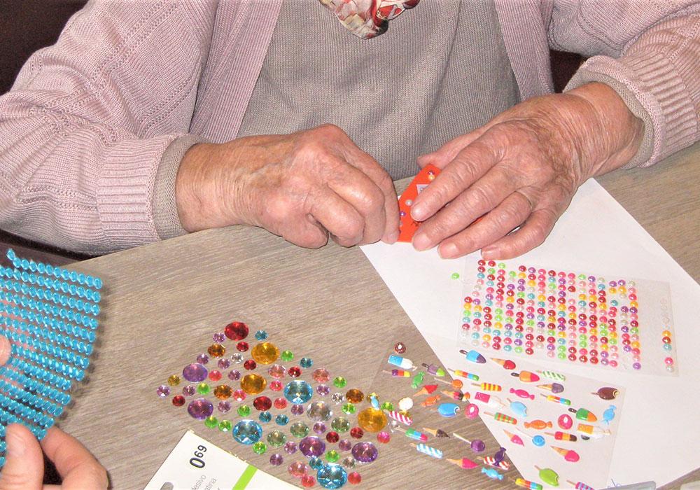 activité créative à l'accueil de jour Alzheimer