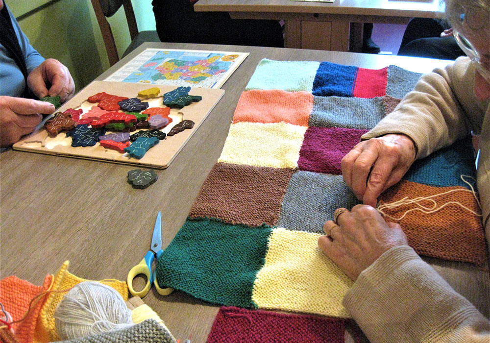 Atelier de tricot sur table à l'accueil de jour alzheimer